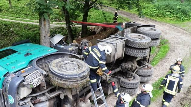 Nákladní automobil se v lese převrátil i s hromadou klád