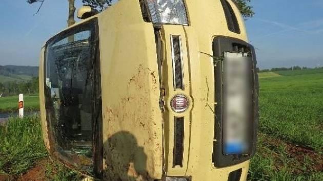 Řidička nezvládla smyk a položila auto na bok