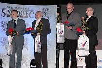 JAKO ZASLOUŽILÝ FUNKCIONÁŘ převzal v královéhradeckém Aldisu ocenění trenér atletiky Oldřich Voňka (zcela vpravo).