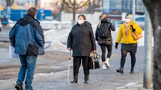 Lidé na ulici v Trutnově. Ilustrační snímek
