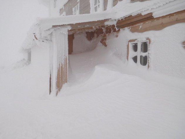 Výstavbu nové Petrovy boudy provází opravdu náročné klimatické podmínky.