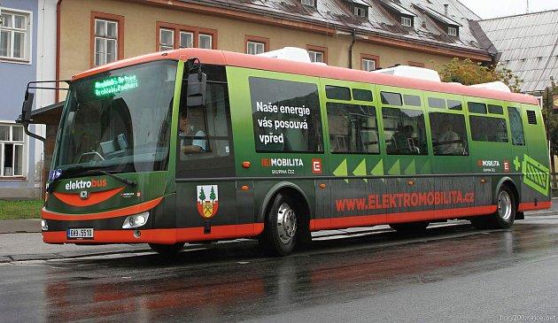 Přišla éra elektrodopravy. Moderní elektrobusy vyjely v pátek poprvé do vrchlabských ulic.