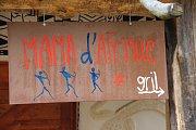 OBSLUHU KAVÁRNY Mama d´Afrique v Zoo Dvůr Králové zajišťují rodilí Afričané. Yoseph Fekadu Zeleke z Etiopie (vlevo) i Yaya Diallo Thierno z Guiney v Česku studují vysoké školy. Foto: Deník/ Jaroslav Pich