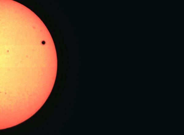 Venuše prošla přes sluneční kotouč