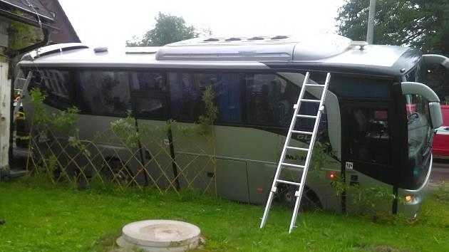 V Jívce havaroval autobus.