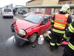 Řidič s autem v Úpici narazil do sloupu osvětlení