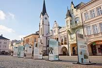 Putovní venkovní výstava Z totality do totality se přesunula na Krakonošovo náměstí v Trutnově.