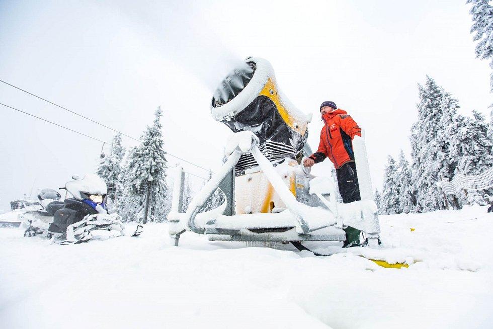 Víkendový pokles teplot umožnil spustit sněžná děla na Černé hoře a připravit sjezdovku Anděl k otevření lyžařské sezony.
