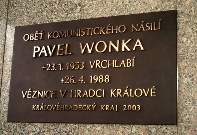 Pamětní deska na poslední oběť komunistického násilí Pavla Wonku, který zemřel ve věznici vHradci Králové 26.dubna 1988.