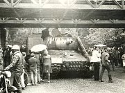 Srpen 1968. Tank s uříznutou hlavní nakonec skončil jako zátars pod viaduktem.