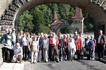 NA PŘEHRADĚ. Poslední výletní akcí spolku v letošním roce byl zájezd do východních Čech. Účastníci se mimo jiné zastavili na kouzelné přehradě Les Království.