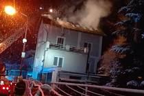 Požár rodinného domu ve Dvoře Králové nad Labem způsobil škodu jeden milion korun, plameny zničily střechu a podkroví.