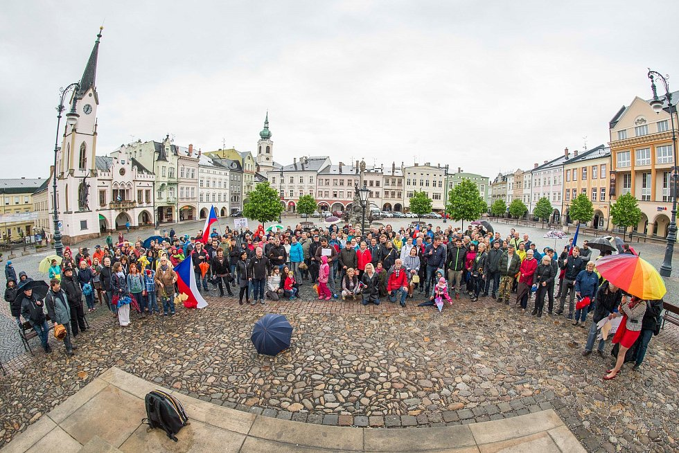 V Trutnově demonstrovalo proti Babišovi 200 lidí.