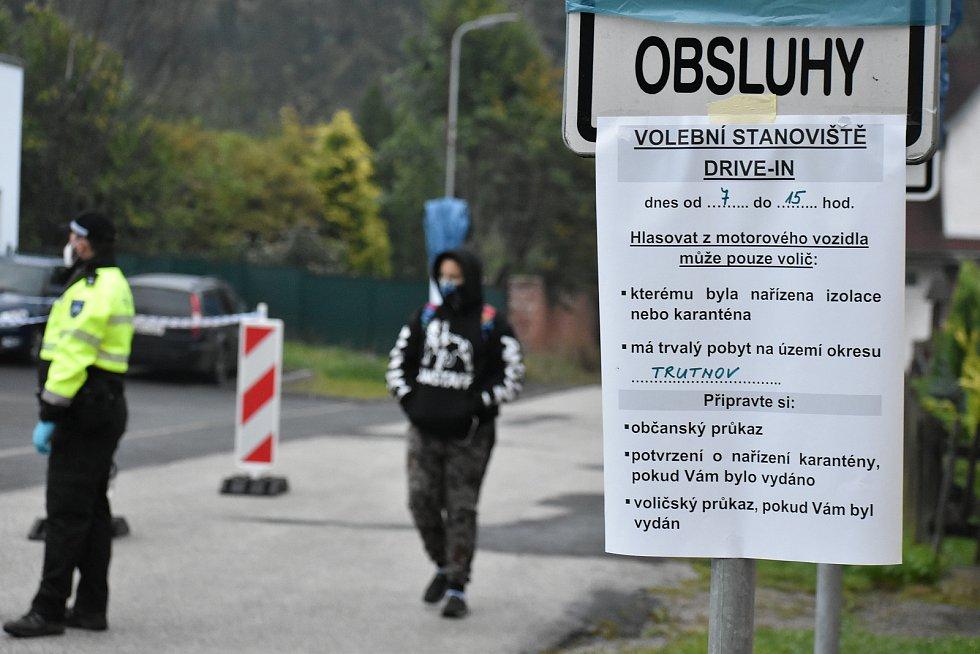 Na Trutnovsku je stanoviště drive-in pro senátní a krajské volby před hasičskou zbrojnicí v Trutnově - Horním Starém Městě. První volič přijel volit v 7.48 hodin.