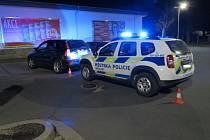 Opilá řidička se Hondou nabořila do vozu strážníků.