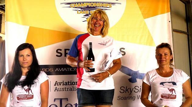 KRÁSNÝ POHLED. Při jedné z disciplín světového šampionátu žen v bezmotorovém létání se na stupně vítězů postavily tři Češky v pořadí Jana Vepřeková, Hana Trešlová a Dana Nováková.