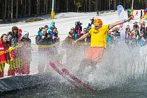 Na lyžích šup do vody! Závěr lyžařské sezony zpestřují přejezdy jezírek.