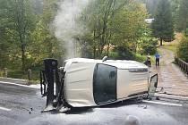 Auto s přívěsem narazilo do svodidel, převrátilo se na bok a začalo hořet.