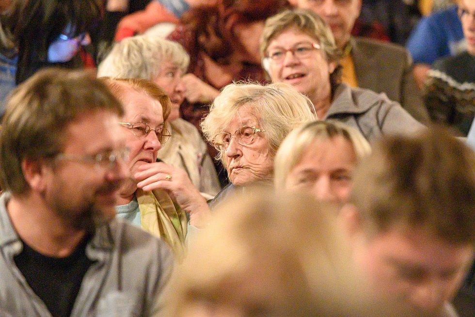 O slavnostní večer v Malých Svatoňovicích u příležitosti 130. výročí narození Karla Čapka byl veliký zájem.