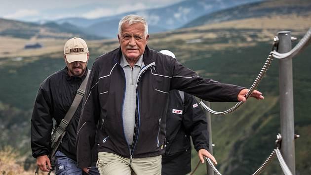 Jako každý rok i letos vystoupal bývalý prezident Václav Klaus na Sněžku při  Svatovavřinecké pouti. Její účastníci měli za doprovod silný déšť.