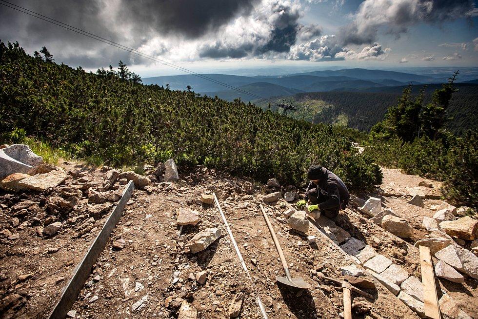 Oprava cesty mezi Růžovou horou a Sněžkou. Po více než dvaceti letech dochází k úpravě frekventované stezky na naši nevyšší horu.