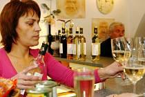 Každý rok 11. listopadu v 11 hodin a 11 minut otvírají Svatomartinské víno i v trutnovské Vinotéce U Kostela.