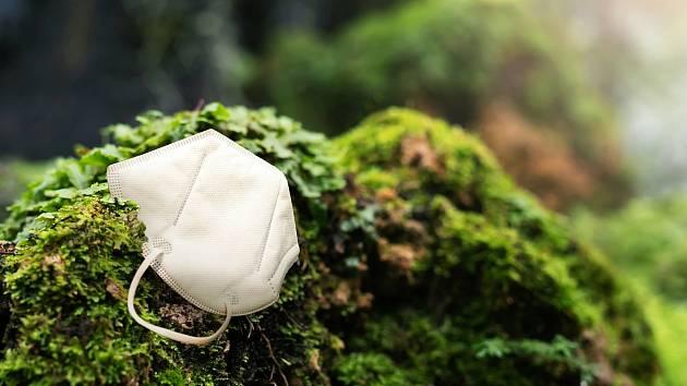 Odhozený respirátor se rozkládá v přírodě déle než sto let.