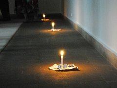Devět svící pro Mistra Jana Husa svítilo v galerii