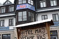 (NE)VÍTANÍ HOSTÉ. Klienti si hojně nakupovali pobyty v hotelu Máj v centru Pece pod Sněžkou přes portál slevyzhor.cz. Dovolené se však nedočkali.