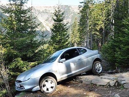 Muž se pokusil vyjet autem na Sněžku, skončil vObřím dole