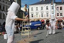 """Pouliční představení na Krakonošově náměstí předvedli """"malíři pokojů"""" – Bratři v tricku. Ukázali divákům předmětovou manipulaci, žonglování, drobnou akrobacii a hlavně humor."""