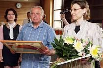 OCENĚNÍ PRO VÍTĚZE převzala starostka Iljana Beránková (na snímku vpravo). Kromě diplomu a věcných darů město vyhrálo i finanční odměnu ve výši 140 tisíc korun.