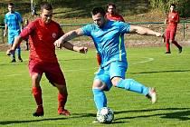 NA HŘIŠTI MILETÍNA fotbalistům Starých Buků nepomohly ani taneční kreace Martina Miklušáka (v modrém).