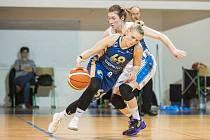 RENOMIA ŽBL basketbalistek - 17. kolo: BK Loko Trutnov - DSK Levhartice Chomutov 81:86. V akci Karolína Malečková (69) z týmu Chomutova a domácí kapitánka Kateřina Kozumplíková.