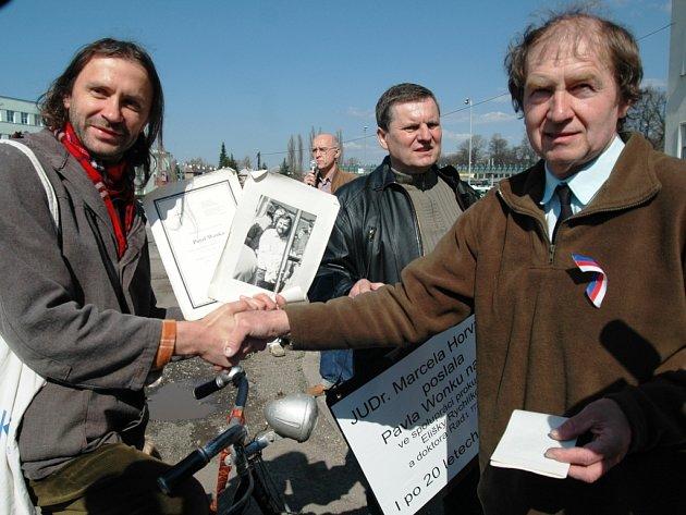 Demonstrace k dvacátému výročí smrti Pavla Wonky - Martin Věchet a Jiří Wonka