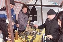 ODBORNÍ UČITELÉ ze SOU v Hubálově, Václav Drahoňovský a Oldřich Vojtěch, se při prodeji ve stánku na turnovském náměstí měli co otáčet. Práce jejich svěřenců šly na odbyt.