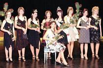 DEVĚT SOUTĚŽÍCÍCH. Plné hlediště divadla v Červeném Kostelci sledovalo výkony adeptek na titul Dívka roku 2008.