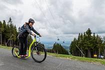 V sobotu se poprvé v letošním roce rozjela lanovka z Janských Lázní na Černou horu. Lidé využili pro sjezd dolů i koloběžky.