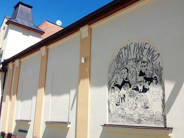 Originální ilustraci k 50. výročí od premiéry filmu Hoří, má panenko namalovala na zeď Kulturního domu Střelnice Tereza Bartůňková.