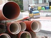 NEJVĚTŠÍ INVESTIČNÍ AKCE. Revitalizace sídliště v Hostinném má přijít celkem na 102 milionů korun. Už v první, letošní etapě se podařilo městu ušetřit pět milionů.
