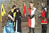 KRÁLOVNA ŽOFIE SE SVÝM DOPROVODEM navštívila všechny kostely ve Dvoře Králové, její ozbrojená družina předvedla šermířské souboje.