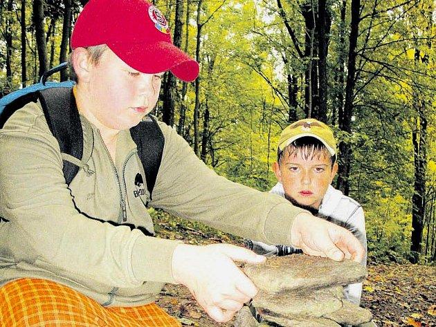 STAVĚNÍ KAMENNÝCH MUŽIKŮ z fylitu, horniny typické pro slunečnou stráň, zaujalo děti, které se už na podzim účastnily pilotního výukového programu Za Naturou na túru.