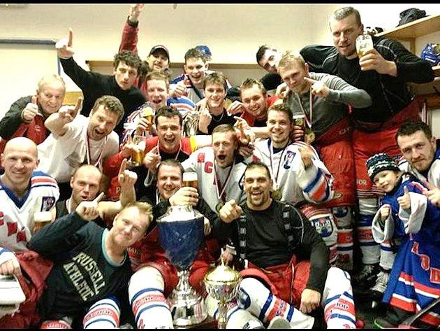 SLAVÍCÍ MISTŘI si v kabině pořídili společnou fotografii, kterou zveřejnili na týmové facebookové stránce.