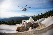 Příprava materiálu pro opravu chodníku na Sněžku. Kameny na stezku musejí být dopraveny na nejvyšší horu České republiky vrtulníkem.