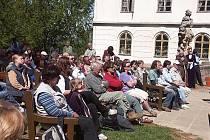 Diváci při přednesu Máchova Máje na Valdštejnu