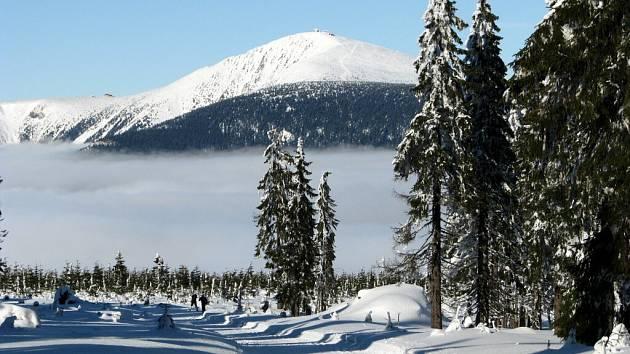 Zatímco v nižších polohách je sychravo a mlha, ve výškách nad 1000 metrů svítí slunce.