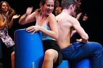 BABY BOX je představením pohybového divadla Veselé skoky, které rovněž vystoupilo ve východních Čechách, a to  pod taktovkou pořadatelů z neziskové organizace Divadlo z Hradce Králové.