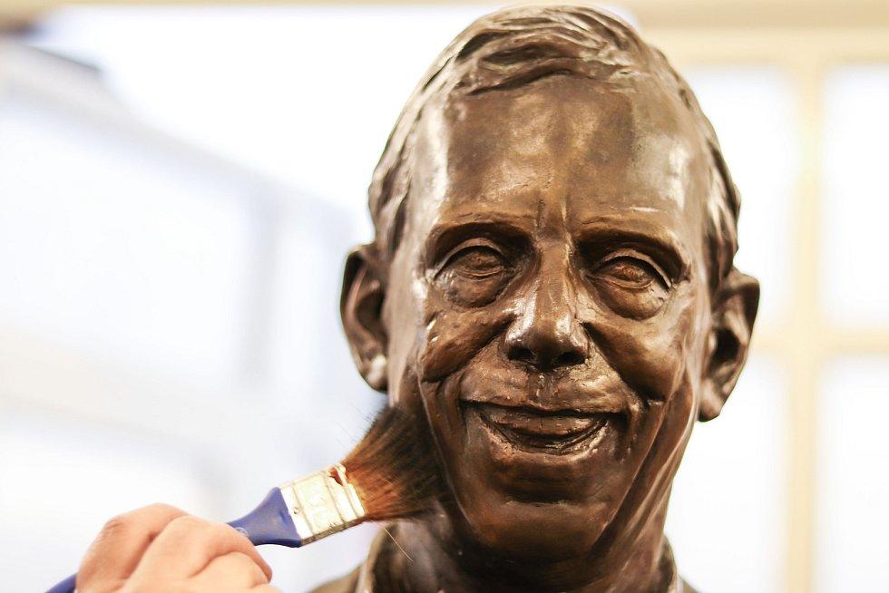V Horní Kalné na Trutnovsku dokončila umělecká slévárna HVH bronzovou sochu Václava Havla pro soukromého podnikatele.