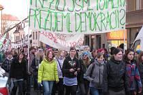 Nejen studenti, ale i obyvatelé města a okolí demonstrovali v Jilemnici za zachování gymnázia.