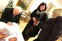 KŘEST nového sborníku Krkonoše Podkrkonoší se konal v prostorách trutnovského muzea za přítomnosti téměř stovky hostů. Mnozí z nich si nenechali ujít příležitost a požádali Vladimíra Wolfa o autogram.
